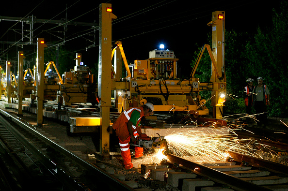 Cutting「Trimming the new rail to a perfect fit at Bourne End in August 2003 as part of the West Coast Main Line Upgrade.」:写真・画像(10)[壁紙.com]