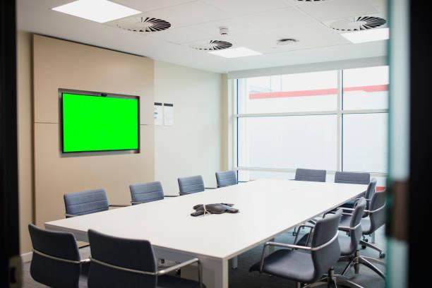 Empty Meeting Room with Chroma Key Screen on the Wall:スマホ壁紙(壁紙.com)