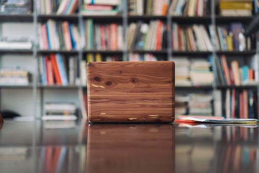 Working「Wooden laptop on desk in library」:スマホ壁紙(11)