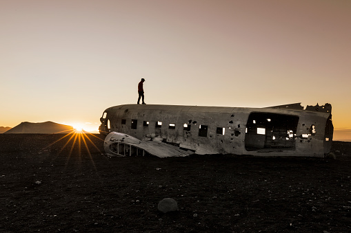 cloud「飛行機事故 - Solheimasandur アイスランドに立っている男性」:スマホ壁紙(16)