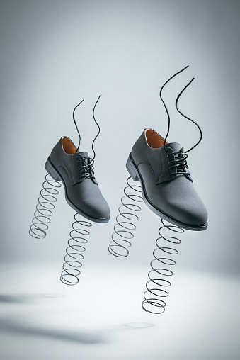 Success「Business Shoes with Springs Jumping by themselves」:スマホ壁紙(3)