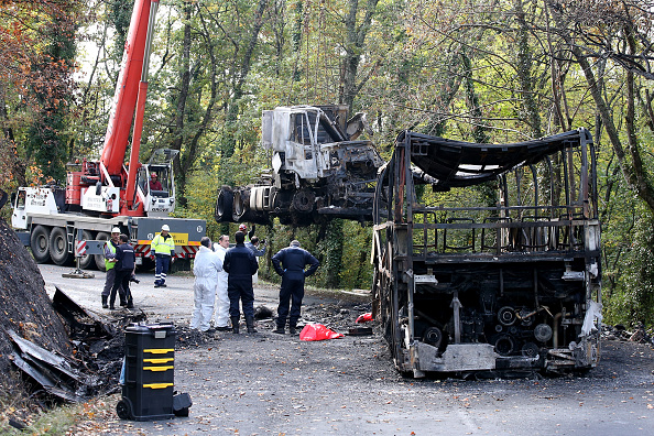 Nouvelle-Aquitaine「Bus And Lorry Are Removed From the Location Of the Crash  that Killed 43 in Puisseguin」:写真・画像(15)[壁紙.com]