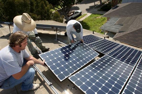 Rooftop「Work Crew Installs Solar Power Panels In Santa Monica」:写真・画像(11)[壁紙.com]