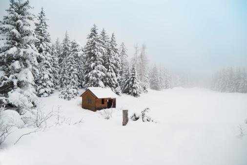 雪が降る「冬の小屋にユキコ風景」:スマホ壁紙(19)