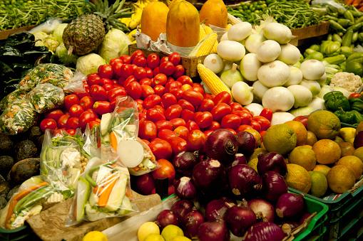 野菜・フルーツ「Colorful display of various fruits and vegetables at a market」:スマホ壁紙(11)