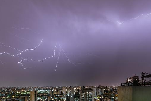 雷「Volcano Lightning in a stormy night in the city」:スマホ壁紙(10)