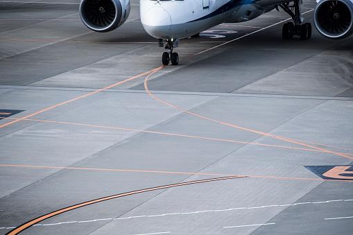 Japan「飛行機のクローズ アップ写真は、空港で停止。」:スマホ壁紙(16)