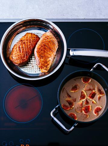 イチジク「Fried duck breast and pot of fig sauce on cook top」:スマホ壁紙(3)