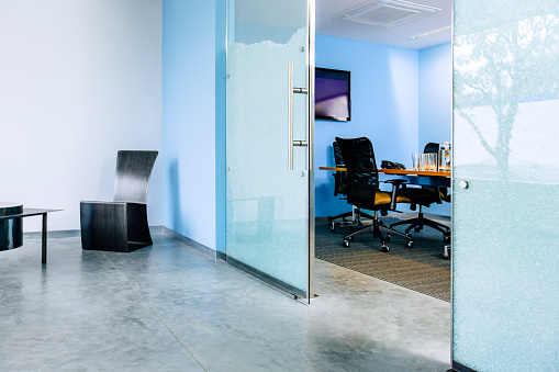 St「Glass doorway opening to desk in office」:スマホ壁紙(18)