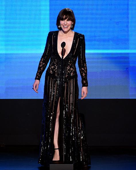 ミラ・ジョヴォヴィッチ「2016 American Music Awards - Show」:写真・画像(19)[壁紙.com]
