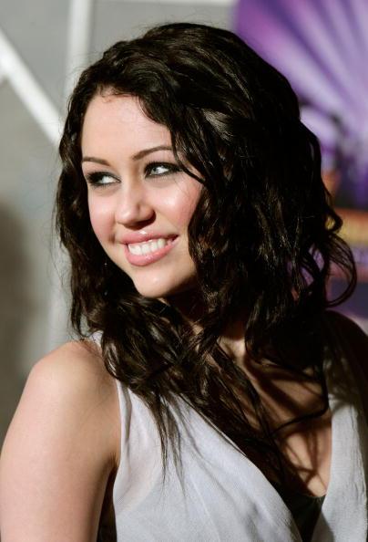 El Capitan Theatre「Disney Premiere Of Hannah Montana & Miley Cyrus - Arrivals」:写真・画像(3)[壁紙.com]