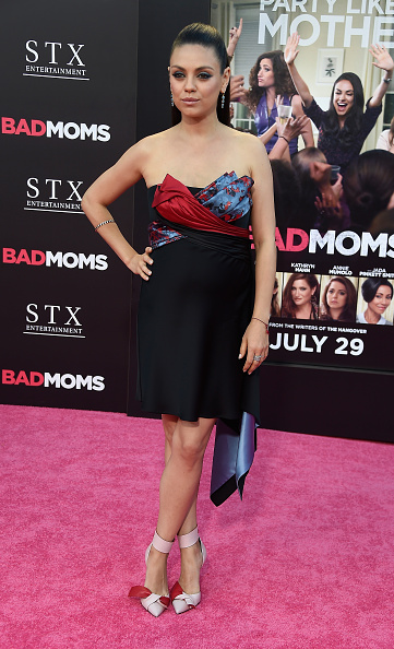 "Versace Dress「Premiere Of STX Entertainment's ""Bad Moms"" - Arrivals」:写真・画像(6)[壁紙.com]"