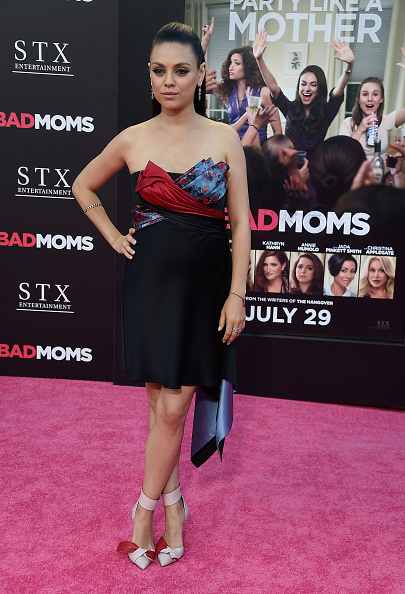 "Versace Dress「Premiere Of STX Entertainment's ""Bad Moms"" - Arrivals」:写真・画像(10)[壁紙.com]"