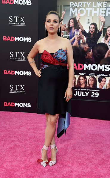 "Versace Dress「Premiere Of STX Entertainment's ""Bad Moms"" - Arrivals」:写真・画像(8)[壁紙.com]"