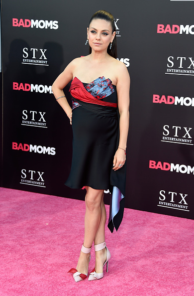 "Versace Dress「Premiere Of STX Entertainment's ""Bad Moms"" - Arrivals」:写真・画像(7)[壁紙.com]"