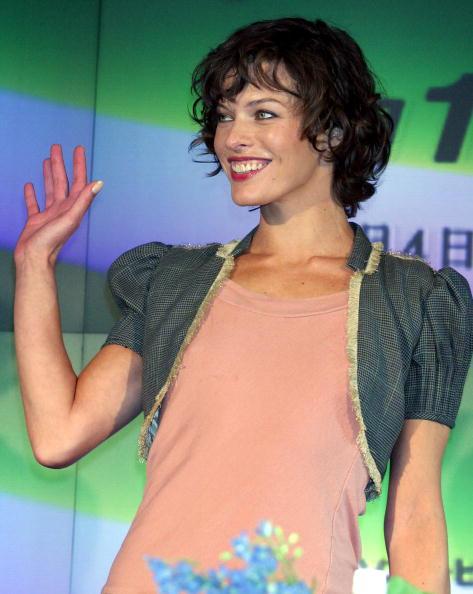 "Ruffled Shirt「Milla Jovovich Promotes ""Resident Evil: Apocalypse"" In Tokyo」:写真・画像(16)[壁紙.com]"