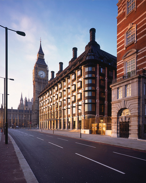 トピックス「Morning Shot of Portcullis House, opposite Westminster's Houses of Parliament and Big Ben, London The new building, with offices for 210 Members of Parliament, had to be built on top of the void of the  Westminster station's ticket hall, supported inside」:写真・画像(2)[壁紙.com]