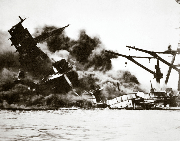 Pacific Ocean「Battleship USS 'Arizona' (BB-39) Sinking During The Attack On Pearl Harbour 1941」:写真・画像(8)[壁紙.com]