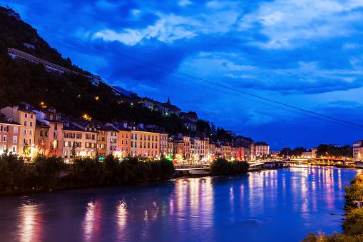 グルノーブル「France, Auvergne-Rhone-Alpes, Grenoble, Grenoble architecture along Isere River」:スマホ壁紙(13)