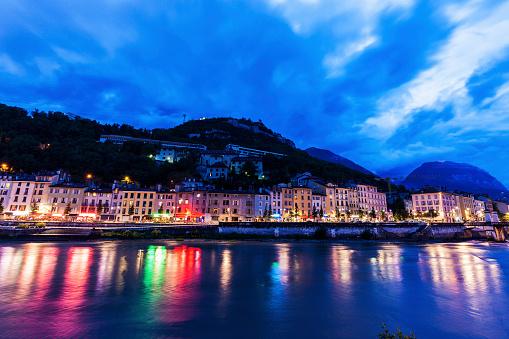 グルノーブル「France, Auvergne-Rhone-Alpes, Grenoble, Grenoble architecture along Isere River」:スマホ壁紙(14)