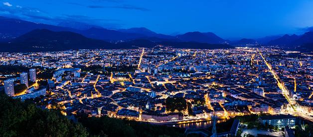 グルノーブル「France, Auvergne-Rhone-Alpes, Grenoble, Grenoble panorama at evening」:スマホ壁紙(10)