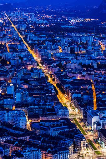 グルノーブル「France, Auvergne-Rhone-Alpes, Grenoble, Grenoble panorama at evening」:スマホ壁紙(9)