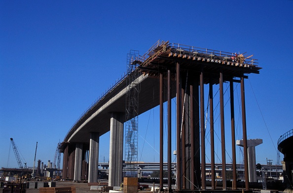 Built Structure「Freeway bridge under construction showing falsework」:写真・画像(10)[壁紙.com]