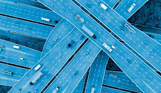移動中「いくつかの道路を走行する車と都市のモビリティの概念」:スマホ壁紙(8)
