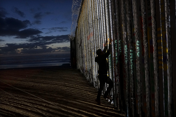 Climbing「Border Wall On US Mexico Border Continues To Be Sticking Point Driving Government Shutdown Into Its Third Week」:写真・画像(7)[壁紙.com]