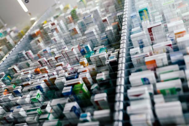 Medicine in shelves in commissioning machine in pharmacy:スマホ壁紙(壁紙.com)