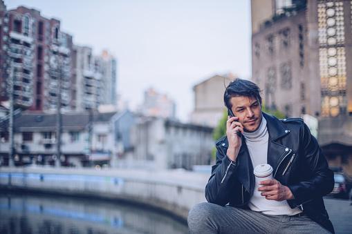 ファッションモデル「川に腰掛けていた男」:スマホ壁紙(3)