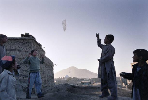 Boys Kite Flying in Kabul:ニュース(壁紙.com)