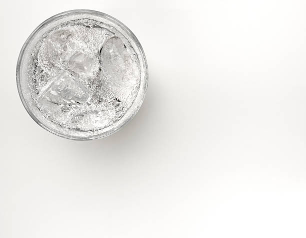 A glass of sparkling water with ice:スマホ壁紙(壁紙.com)