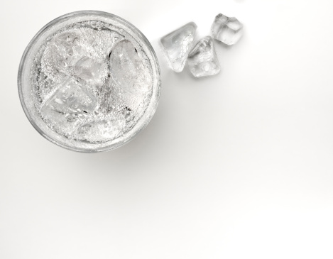 Carbonated drink「A glass of sparkling soda water with ice cubes」:スマホ壁紙(6)