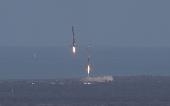 Taking Off - Activity「SpaceX To Launch First Heavy Lift Rocket In Demonstration Mission」:写真・画像(13)[壁紙.com]