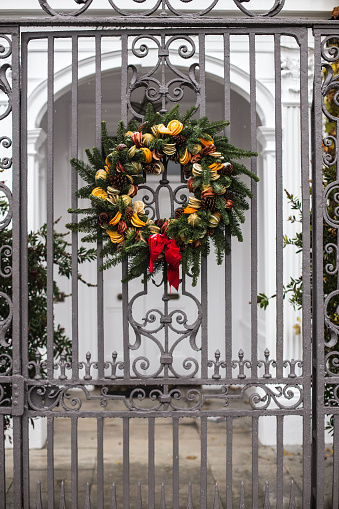 Pine Cone「Wreath attached to a gate, London, England, UK」:スマホ壁紙(16)