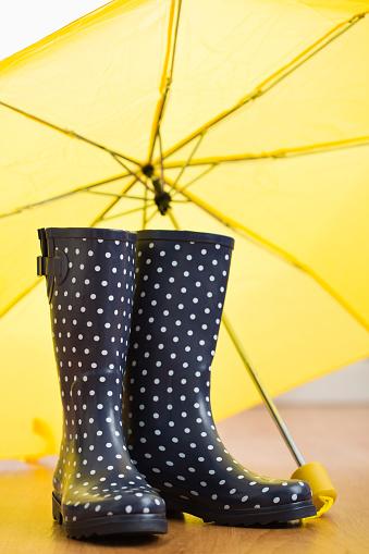 雨「Polka dot wellingtons under yellow umbrella」:スマホ壁紙(10)