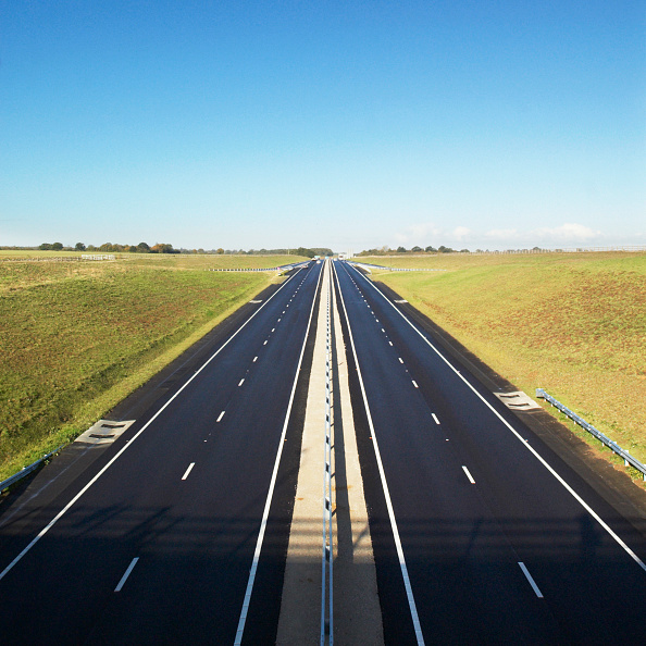 Road「Empty straight dual carriageway, UK」:写真・画像(2)[壁紙.com]