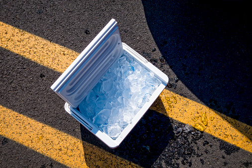 Open「Portable cool box with ice」:スマホ壁紙(1)