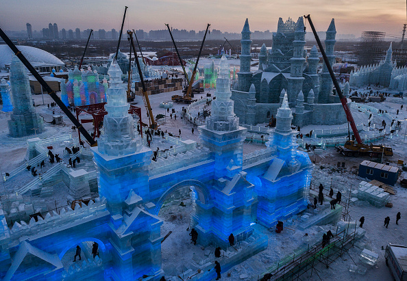 雪まつり「Workers In China Prepare For World's Largest Ice Festival」:写真・画像(5)[壁紙.com]