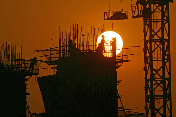 Chinese Work At A Construction Site At Sunset In Chongqing:ニュース(壁紙.com)