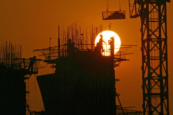 Economy「Chinese Work At A Construction Site At Sunset In Chongqing」:写真・画像(6)[壁紙.com]