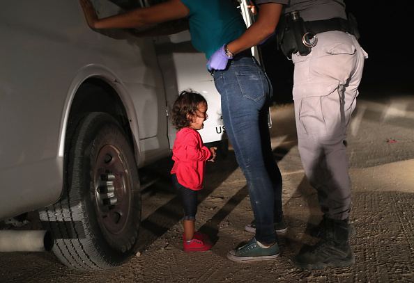 Refugee「Border Patrol Agents Detain Migrants Near US-Mexico Border」:写真・画像(0)[壁紙.com]