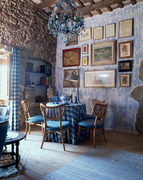 Home Decor「View of a rustic dining room adorned with paintings」:写真・画像(0)[壁紙.com]