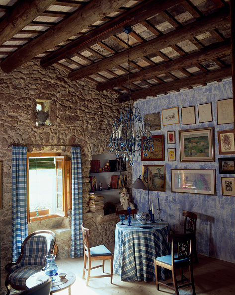 Ceiling「View of a rustic dining room adorned with paintings」:写真・画像(19)[壁紙.com]