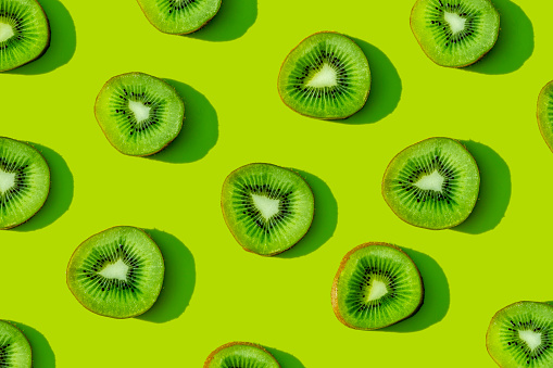 Kiwi「Kiwi fruit pattern on green background」:スマホ壁紙(8)