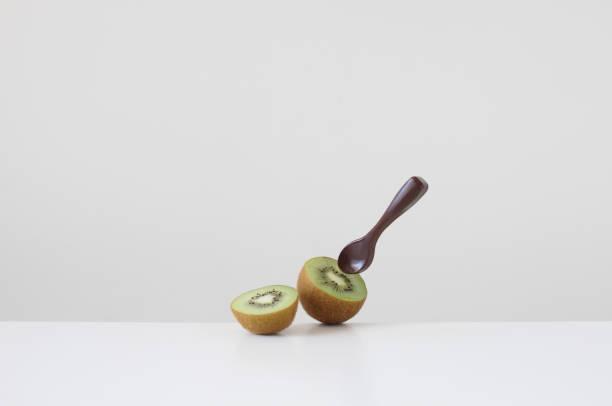 Kiwi fruit and a  chocolate spoon:スマホ壁紙(壁紙.com)