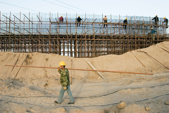 Summer Olympic Games「Workers build a bridge over the South-to-North Water Diversion Project, near Shijiazhuang, Hebei Province, China, 28 February 2008.  This project will eventually carry water from the Yangtze River to the arid provinces of north China.  At present, constr」:写真・画像(14)[壁紙.com]