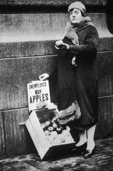 胸を打つ「Woman Selling Apples During The Depression」:写真・画像(17)[壁紙.com]