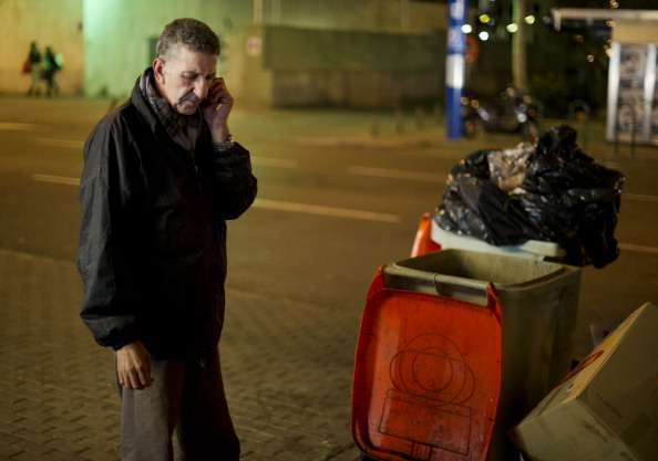 Mobile Phone「Eating From The Restaurants Kitchen Trash Bins As Spanish Recession Deepens」:写真・画像(10)[壁紙.com]